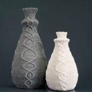 Een vaas die zacht is en vraagt om aangeraakt te worden. Bloemen zijn er een pronkstuk in. De vaas is te verkrijgen in 2 maten en met verschillende kleuren hoes.